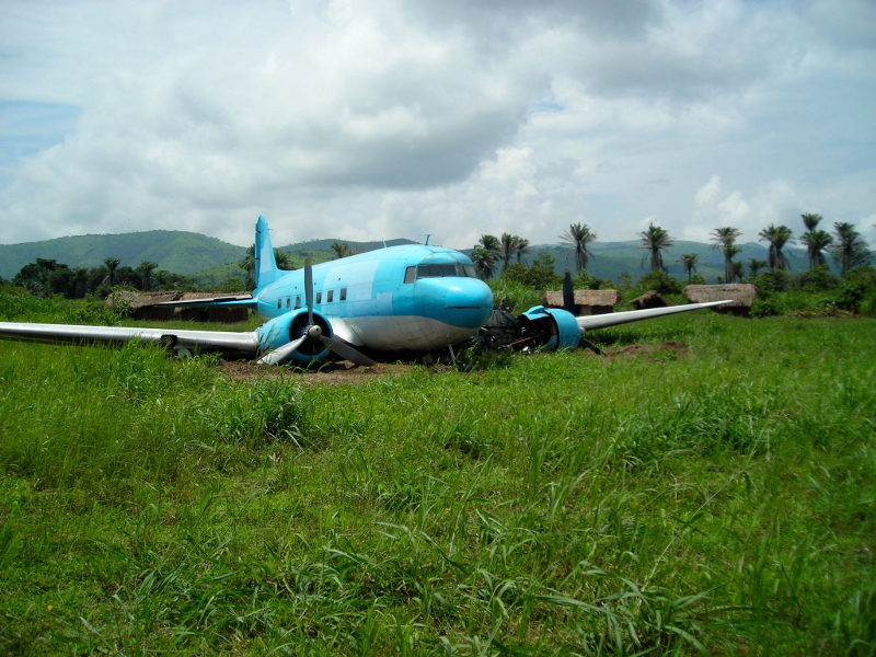 33257 9Q-CWI accident on 19 June 2005 at Kilembwe DRC Colin Laker taken January 2007 2 800